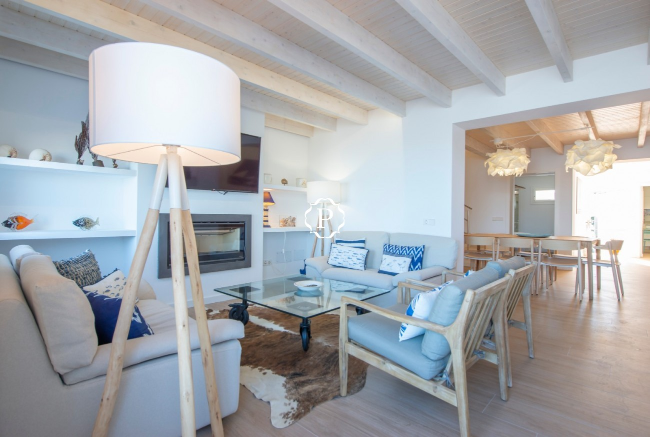 Villa for sale in Barcarés, Mallorca in beachfront location with spacious accommodation
